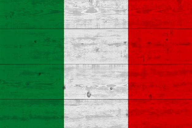 Bandiera dell'italia dipinta sulla vecchia plancia di legno