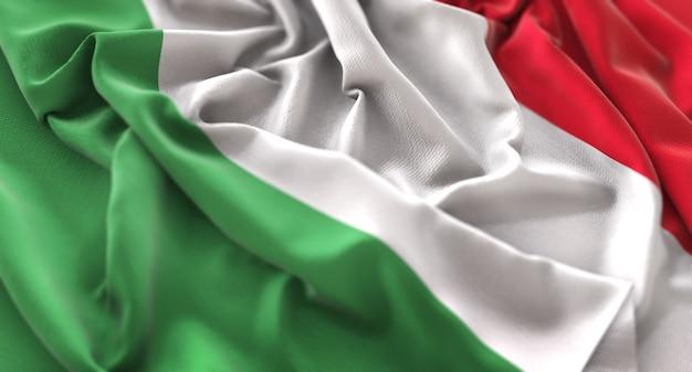 Bandiera dell'italia increspato splendamente sventolando macro close-up shot