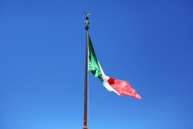 Bandiera dell'italia su uno sfondo di cielo blu. simbolo dell'italia