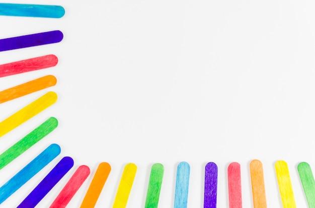 Bandiera dell'orgoglio con bastoncini colorati