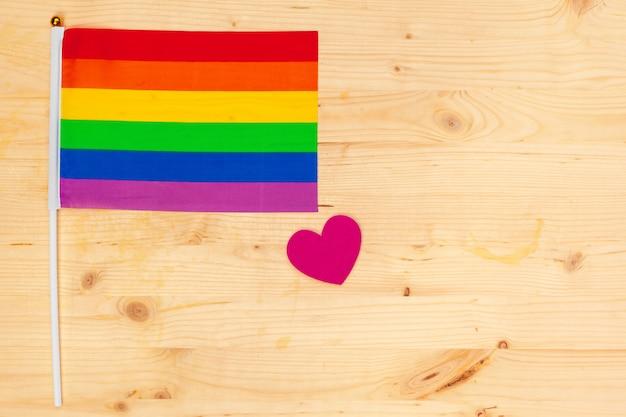 Bandiera dell'orgoglio gay sul fondo della tavola in legno