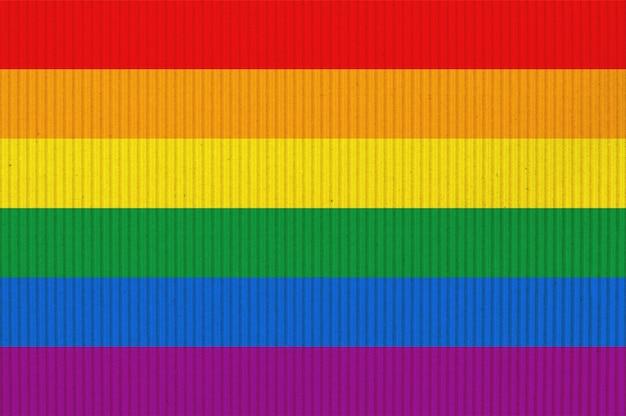 Bandiera dell'orgoglio lgbt o bandiera dell'orgoglio arcobaleno su cartone ondulato