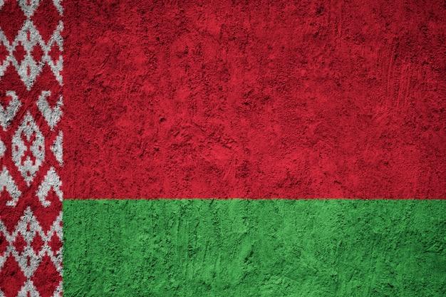 Bandiera della bielorussia sul muro di cemento del grunge