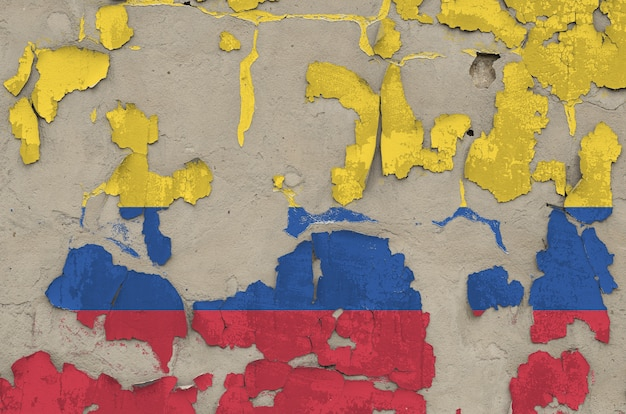 Bandiera della colombia raffigurata nei colori della vernice sul vecchio primo piano sudicio obsoleto del muro di cemento. banner con texture su sfondo ruvido