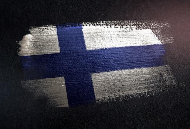 Bandiera della finlandia fatta di vernice pennello metallico sulla parete scura del grunge