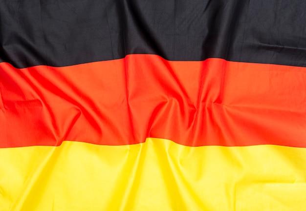 Bandiera della germania o tedesca sgualcita in tessuto naturale