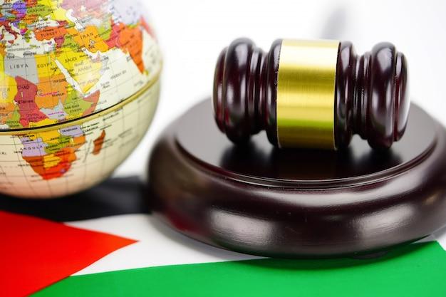 Bandiera della giordania e giudice martello con mappa del mondo globo. legge e giustizia concetto di tribunale.