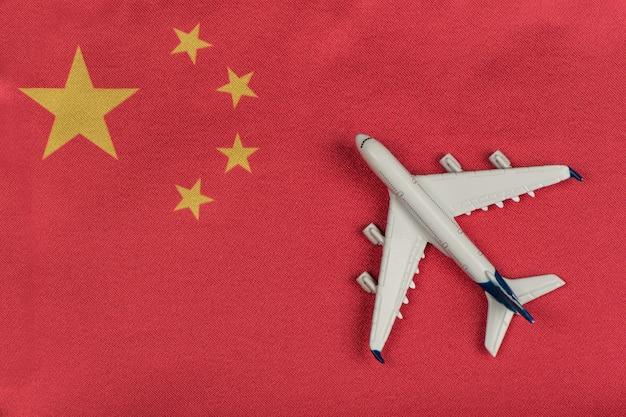 Bandiera della repubblica popolare cinese e aeroplano di modello. voli per la cina dopo la quarantena. ripresa dei voli