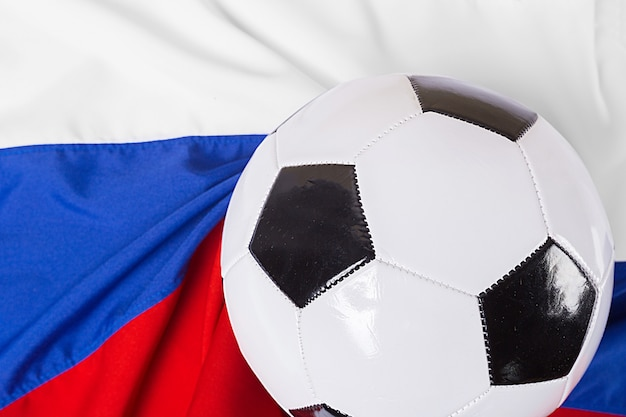 Bandiera della russia con pallone da calcio