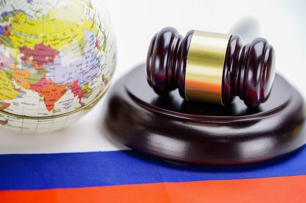 Bandiera della russia e giudice martello con mappa del mondo globo. legge e giustizia concetto di tribunale.