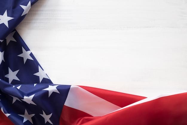 Bandiera dello stato degli stati uniti di usa sul fondo di legno di lerciume. 4 luglio concetto di giorno dell'indipendenza.
