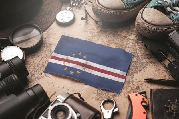 Bandiera di capo verde tra gli accessori del viaggiatore sulla vecchia mappa vintage. concetto di destinazione turistica.