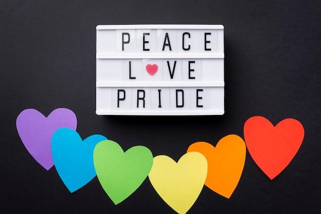 Bandiera di cuori arcobaleno e citazione motivazionale