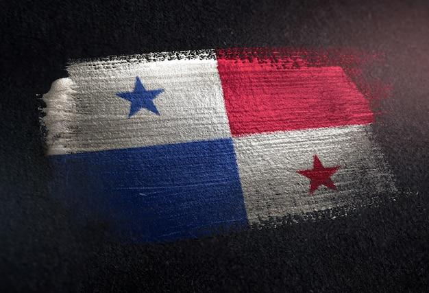 Bandiera di panama fatta di vernice pennello metallico sulla parete scura del grunge