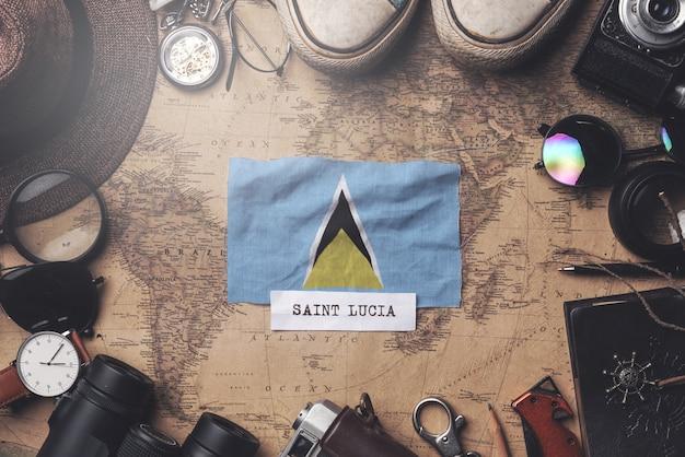 Bandiera di santa lucia tra gli accessori del viaggiatore sulla vecchia mappa vintage. colpo ambientale