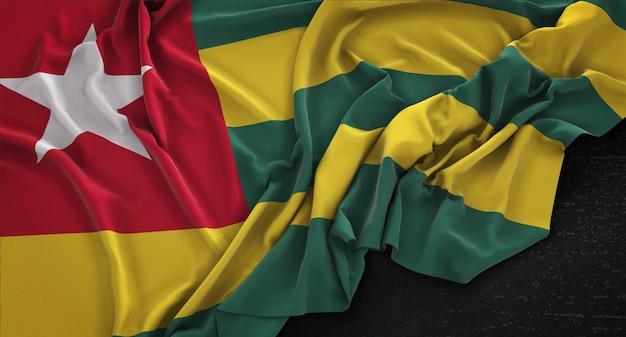 Bandiera di togo rugosa su sfondo scuro 3d rendering