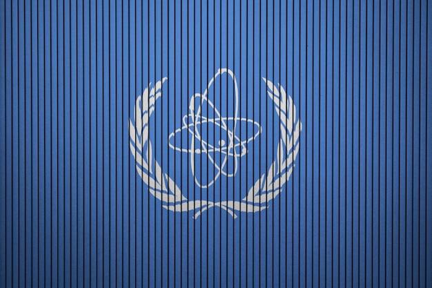 Bandiera dipinta di iaea su un muro di cemento