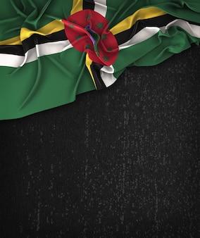 Bandiera dominica su una lavagna nera grunge con spazio per il testo