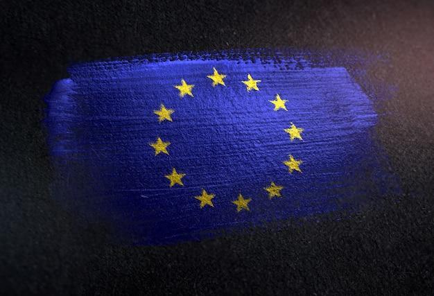 Bandiera europea fatta di vernice pennello metallico sulla parete scura del grunge