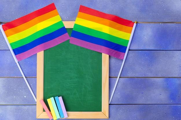 Bandiera gay arcobaleno luminoso su spazio in legno e vuoto