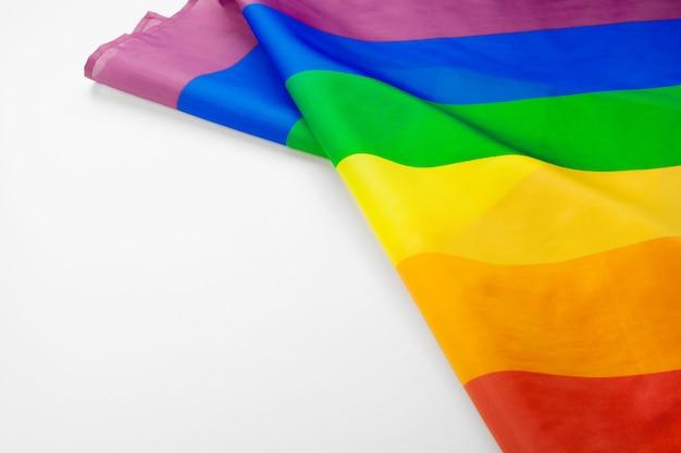 Bandiera gay dell'arcobaleno sulla fine bianca del fondo su