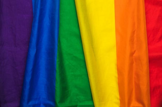 Bandiera gay pride dell'arcobaleno a strisce