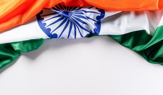 Bandiera indiana su sfondo bianco per la festa della repubblica e il giorno dell'indipendenza.