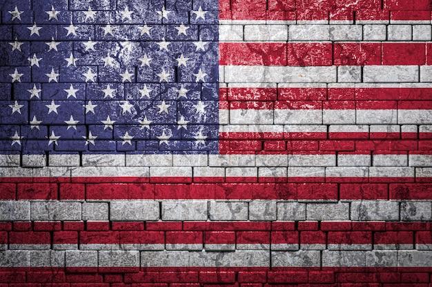 Bandiera nazionale degli stati uniti su sfondo di muro di mattoni.