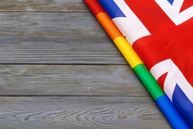 Bandiera nazionale della gran bretagna e sfondo bandiera gay