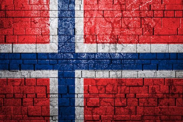 Bandiera nazionale della norvegia su sfondo di muro di mattoni.