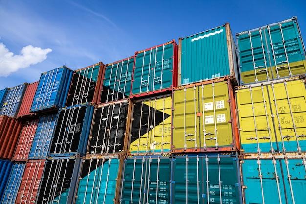 Bandiera nazionale di bahames su un gran numero di contenitori metallici per lo stoccaggio di merci accatastate in file