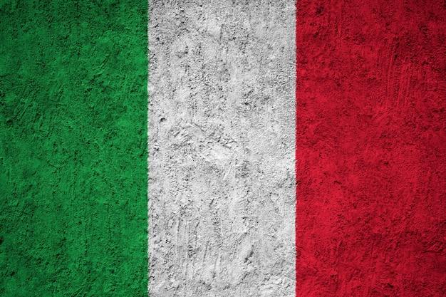 Bandiera nazionale dipinta d'italia su un muro di cemento