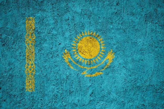Bandiera nazionale dipinta del kazakistan su un muro di cemento