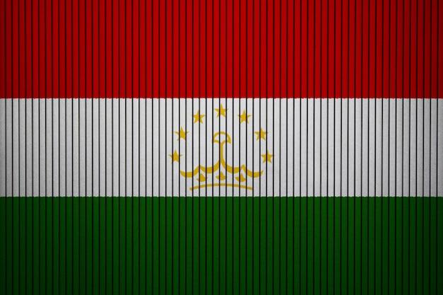 Bandiera nazionale dipinta del tagikistan su un muro di cemento