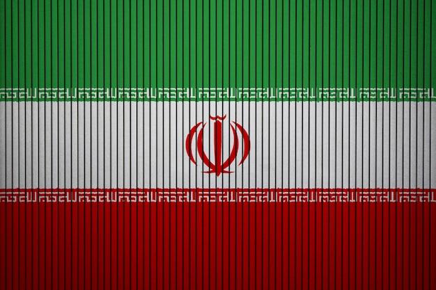 Bandiera nazionale dipinta dell'iran su un muro di cemento
