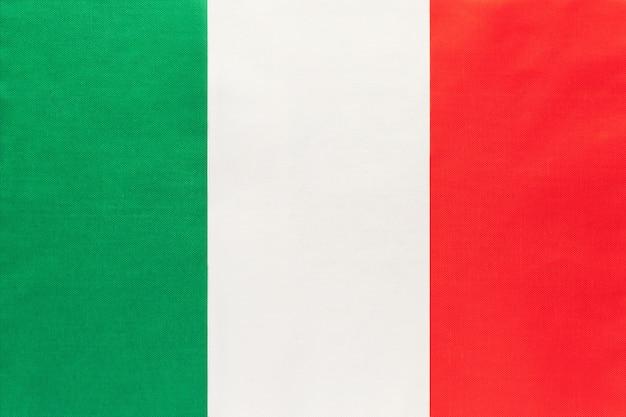Bandiera nazionale in tessuto italia, sfondo tessile. simbolo del mondo internazionale paese europeo.
