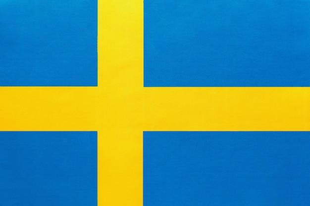 Bandiera nazionale svedese in tessuto con stemma, sfondo tessile, simbolo del paese europeo internazionale del mondo,