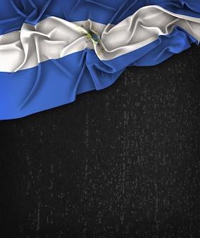 Bandiera nicaragua vintage su una lavagna nera grunge con spazio per il testo