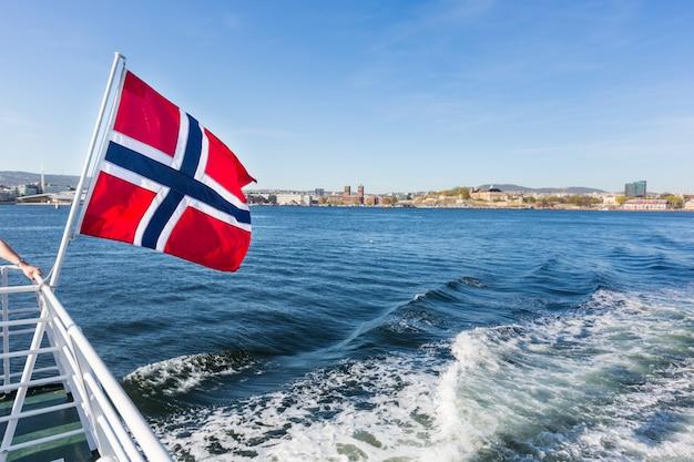 Bandiera norvegese che ondeggia sulla cacca di una barca a oslo