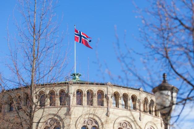 Bandiera norvegese sul tetto dell'edificio del parlamento