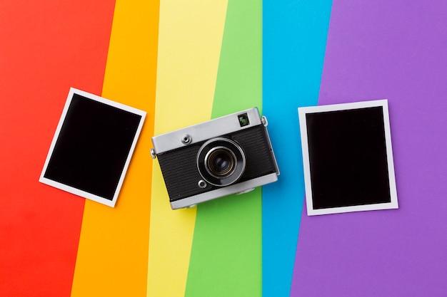 Bandiera orgoglio arcobaleno con fotocamera retrò e foto