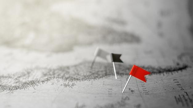 Bandiera rossa del perno di spinta che segna una posizione sulla vecchia mappa.
