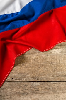 Bandiera russa su un tavolo di legno.