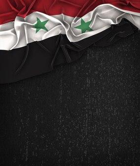 Bandiera siriaca su una lavagna nera grunge con spazio per il testo