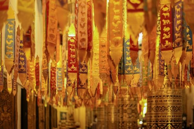 Bandiera tailandese nordica di cerimonia di religione in tempio, chiang mai, tailandia