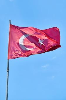 Bandiera turca che ondeggia nell'aria