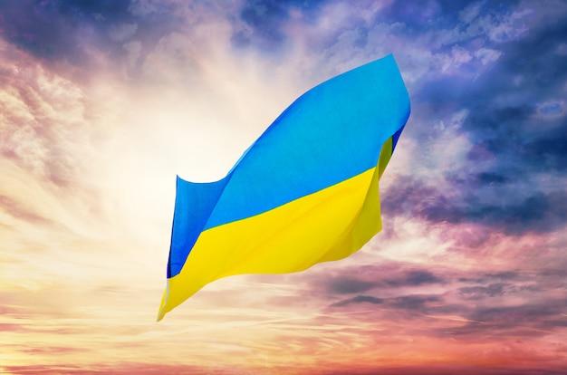 Bandiera ucraina contro il cielo