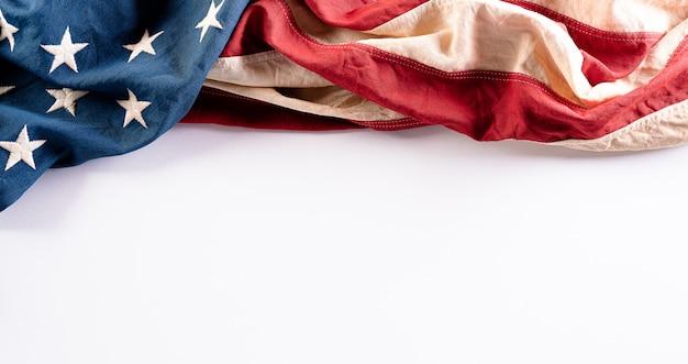 Bandiere americane contro un tavolo bianco