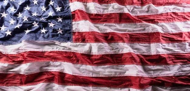 Bandiere americane contro vecchio fondo di legno.