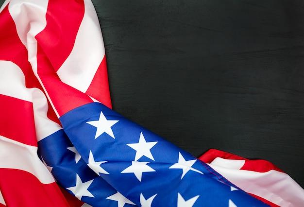 Bandiere americane su legno nero